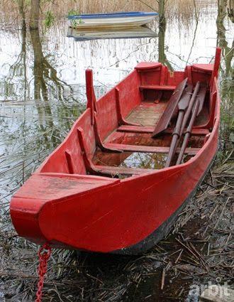 È così che conoscemmo Gisberto, il proprietario di quella che, proabilmente, è l'ultima barca tradizionale in legno ancora in uso sulle acque del Trasimeno. [lago Trasimeno, la barca rossa durante le riparazioni] La settimana scorsa siamo tornati a Passignano, ora la barca è in acqua, appena restaurata, di un bel colore brillante. Con noi c'è Gisberto, il proprietario, che ci ricorda giustamente orgoglioso la storia dell'imbarcazione.