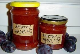 Sklenice se švestkovou marmeládou