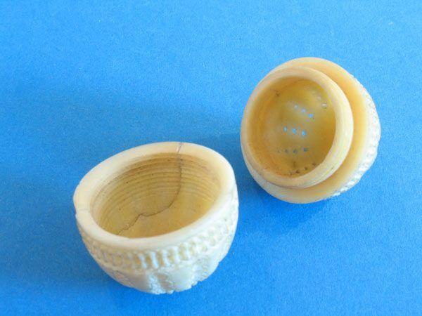 Flohfalle aus Elfenbein - flea trap made of ivory, ca.1800