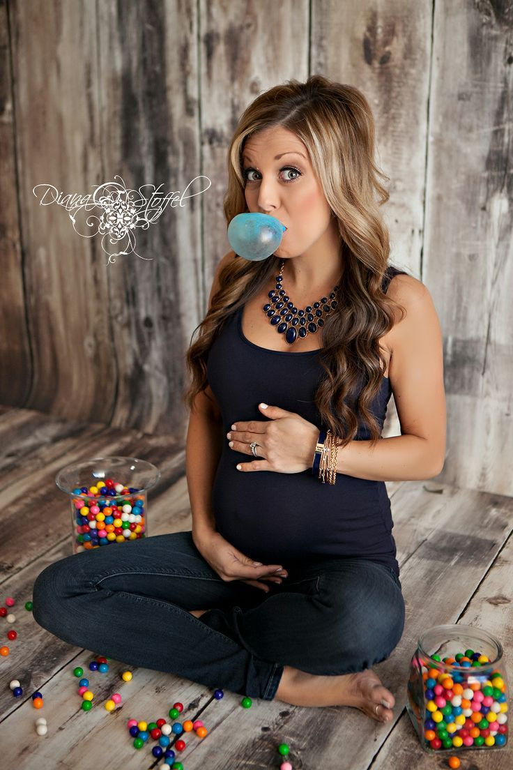 Ready to POP maternity pregnancy photo session pose. This is a super cute idea, chew blue or pink depending on gender