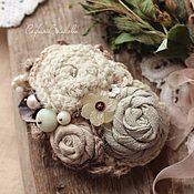Купить или заказать Брошь 'Сухие васильки' в интернет-магазине на Ярмарке Мастеров. Небольшой букетик в оттенках осеннего поля - травы постепенно седеют, а вдали едва заметны последние сухие цветы, засыпающие на зиму крепким сном. Очень сдержанные тона уютной деревенской осени. В основе букета роза из фактурного японского хлопка серо-синего цвета, вязаные цветы с вышивкой бисером и камнями. Край обрамляют кружево, репсовые ленты, листочки цвета античной меди.