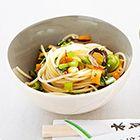 Geroerbakte noedels en groenten met cashewnoten