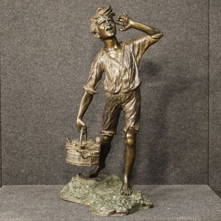 2200€ Neapolitan signed sculpture in bronze Fish seller. Visit our website www.parino.it #antiques #antiquariato #art #antiquities #antiquario #metallo #sculpture #statue #metal #decorative #interiordesign #homedecoration #antiqueshop #antiquestore #bronze