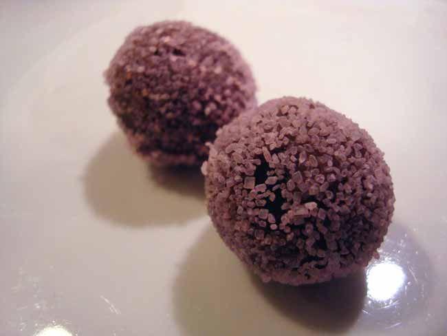 Disse lavendeltrøfler har et fint strejf af lavendler, som passer godt til den lyse chokolade. Et meget delikat stykke konfekt, som kan spises året rundt.