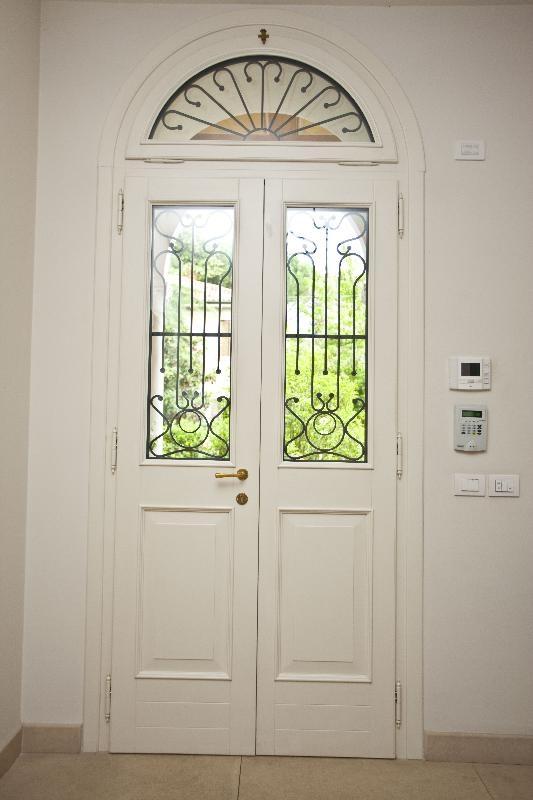 Porta di ingresso bicolore verde e bianco ad arco con - Porte ad arco ...