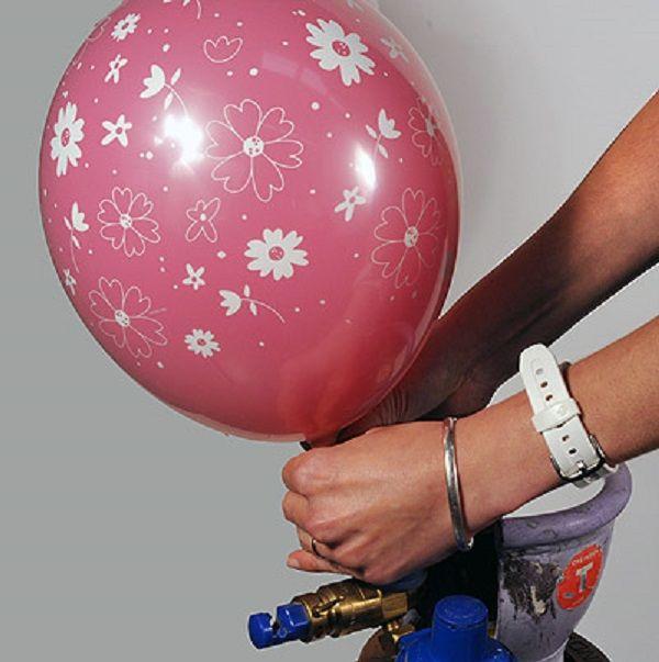 Ze doet een ballon in een ballon en blaast deze op. Het resultaat is echt superleuk voor feestjes en partijen! - Zelfmaak ideetjes