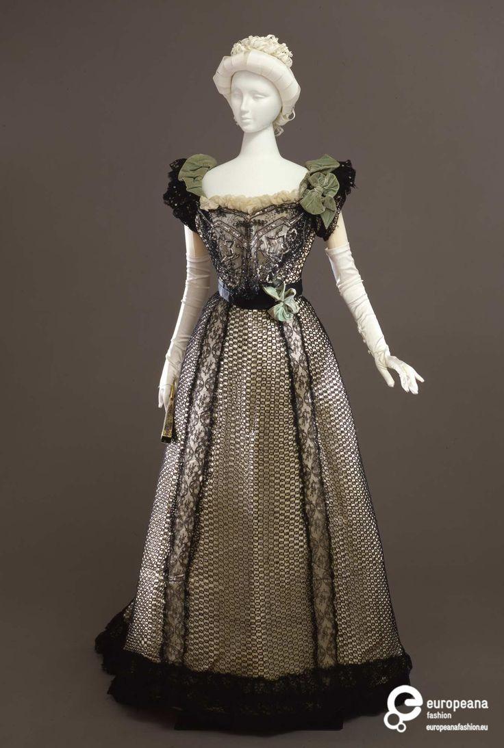 Creation date 1898-1900 ca. Provenance Galleria del Costume di Palazzo Pitti Designer Atelier Mrs. C. Donovan, New YorkAbito femminile da ballo in due pezzi.