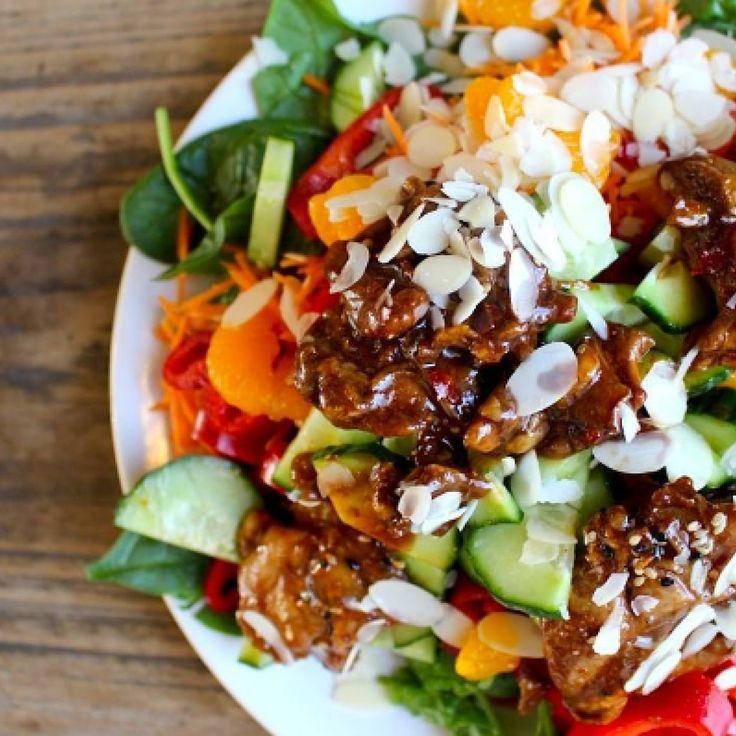 Kleurrijke salade met gemarineerde kip en mandarijn