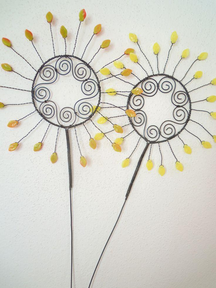 """Slunce """"jaro - podzim""""-zápich Drátovaná dekorace z černého vázacího drátu, dozdobená skleněnými korálky-lístečky. Z jedné strany jsou lístečky oranžové a z druhé strany žlutozelenkavé. Průměr slunce: 17 cm, výška zápichu: cca 40 cm. (Na hlavní fotografii je společně se sluncem """"léto-zima"""" :-). Barevné provedení sluníčka """"jaro-podzim""""je vidět na fotografiích,kde ..."""
