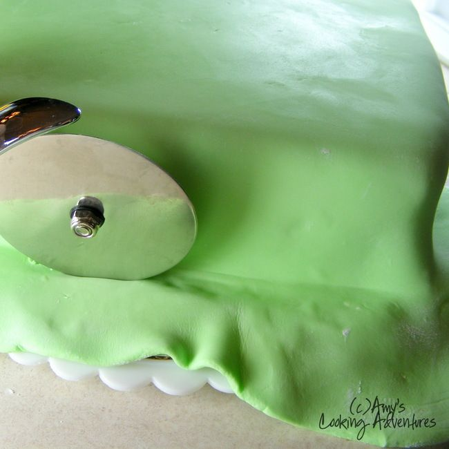 How to Cover a Cake with Fondant