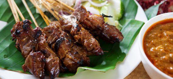 Recept voor Indonesische saté kambing wordt gemaakt van geitenvlees met een stroperige zoete pindasaus.