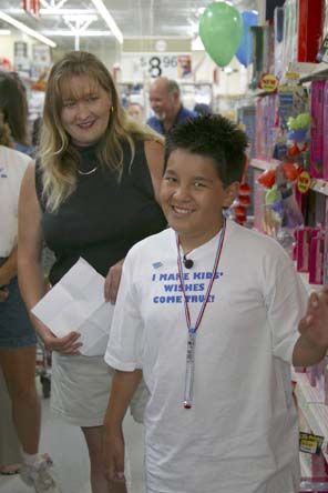 12-year-old Jordan, who has a brain tumor, wanted to shop, but not for himself. He wanted to purchase toys and clothes to give to the homeless children in his community in California. #inspiring #giveback