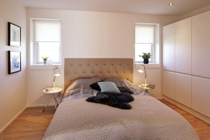 Soveværelse flot indrettet med skøn sengegavl og mørkt lammeskind.