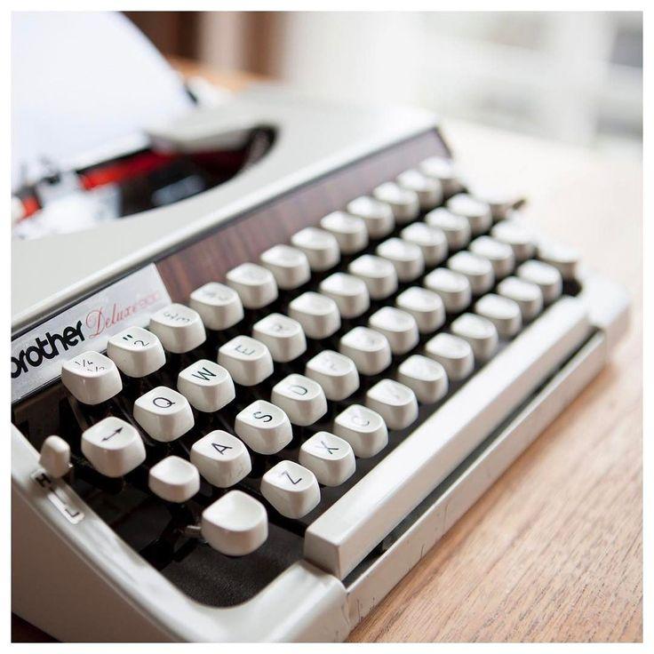 Bloggen: hoe ontwikkel je een eigen blogstijl?   Een herkenbare schrijfstijl is ook voor je blog belangrijk. Zo geef je je blog persoonlijkheid. Om je stijl te bepalen moet eerst het doel van je blog helder zijn. Wil je iets verkopen wil je je lezers informeren of alleen entertainen? Bedenk vervolgens welke bijvoeglijke naamwoorden op dit doel van toepassing zijn (bijvoorbeeld grappig betrouwbaar zakelijk vrolijk). Pas hier je toon op aan (ironisch of enthousiast). En tenslotte: houd vast…