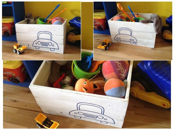 Baúl para guardar juguetes. Está hecho con madera reciclada.