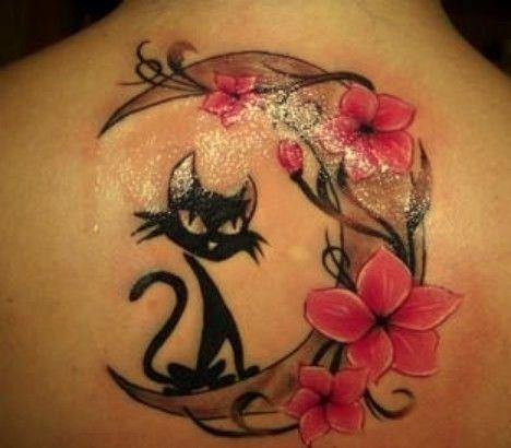kot księżyc i kwiaty tatuaże