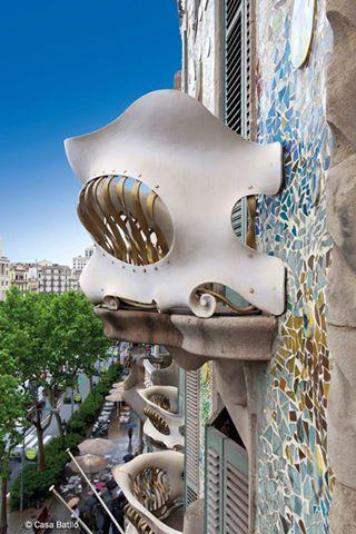 Uno de los balcones con forma de máscara de la #CasaBatlló http://www.viajarabarcelona.org/lugares-para-visitar-en-barcelona/casa-batllo/ #Barcelona #Modernismo #Gaudí