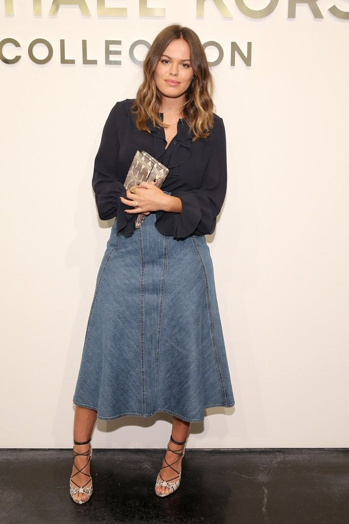 Atlanta de Cadenet completed her casual-chic outfit with an A-line denim skirt.