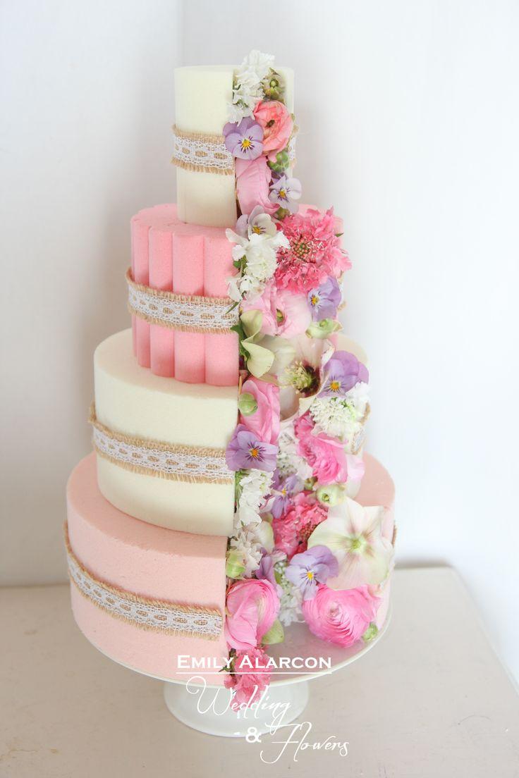 Floral 4-layer cake Gateau fleuri à étages www.emilyalarconwedding.com