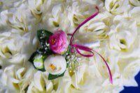 Бутоньерка для жениха и свидетеля с розами цвета айвори и фуксии. #свадьбы #бутоньерка #для_жениха #для_свидетеля #айвори #фуксия #soprunstudio