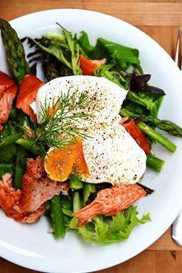 Pyyyszna, wiosenna propozycja <3 Sałatka z zielonymi szparagami, sałatami i jajkiem w koszulce. Jedlibyście? :)  Foto: http://bit.ly/1scsEAR
