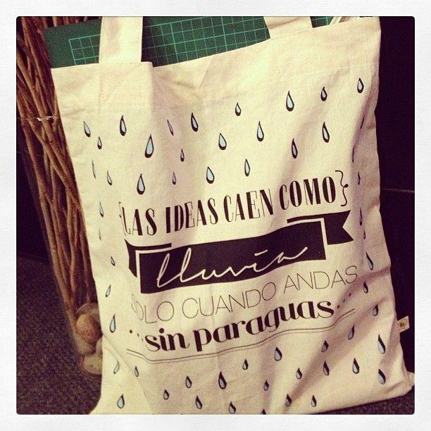 Bolsa de Lienzo grande con frase estampada a 2 colores.  //Las ideas caen como lluvia solo cuando andas sin paraguas// #rain #umbrella #ideas