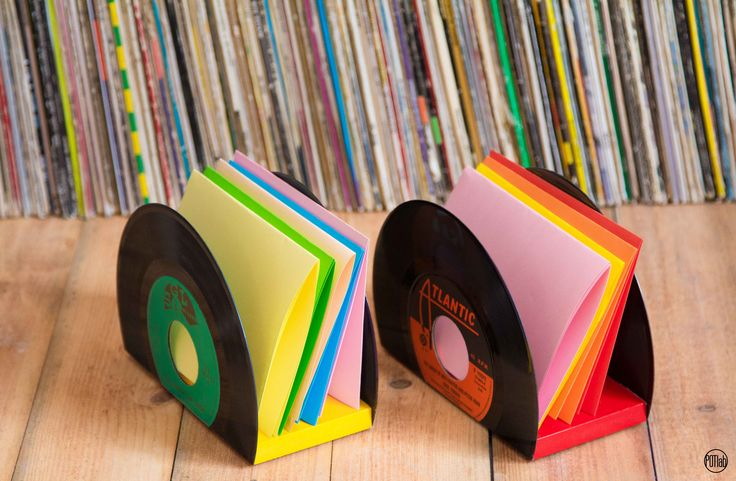 E' un contenitore originale e poliedrico, utile come portadocumenti da scrivania, o come porta cd musicali ma al tempo stesso puo' diventare un porta tovaglioli dal gusto vintage adatto ad arricchire le vostre tavole o i banconi di locali e bar.  #vinili #45giri #vinyldesign #artedelriciclo #handmade #upcycle #riciclocreativo #interiordesign #riciclando #riusocreativo #art