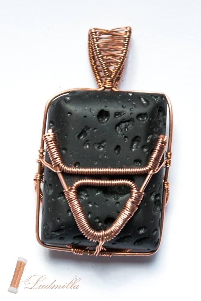 Wire wrapping symbol of slavic god Veles on lava rock. Symbol słowiańskiego boga Welesa wykonany w technice wire wrapping na lawie wulkanicznej. Символ Славянского бога Велеса на вулканической лаве.