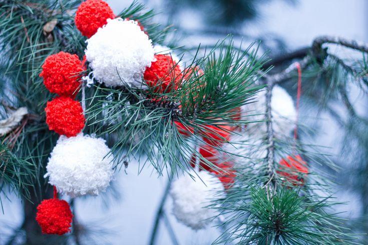 Предлагаем рецепт самодельной елочной гирлянды. Для этого нам понадобится несколько клубков шерсти и один свободный вечер.