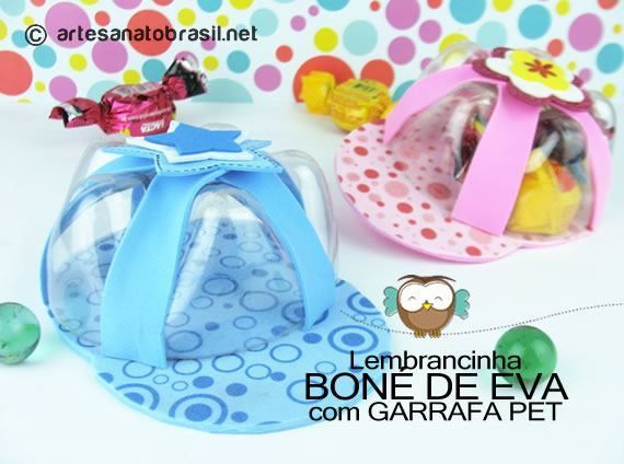 Lembrancinha boné de EVA com garrafa PET: http://artesanatobrasil.net/lembrancinha-de-bone-com-garrafas-pets-para-dia-das-criancas/