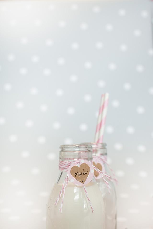 Decoración de fiestas. Botellitas de cristal. Cuerda Baker's Twine rosa. Pajitas de papel rayas rosas.