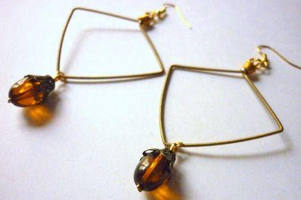 Boucles d'oreille losange en corde de guitare et perle de verre : Boucles d'oreille par lesperlesdejade