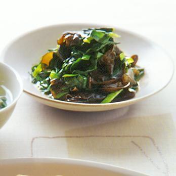 きくらげたっぷりのあえもの。にらと相性ばっちり「にらときくらげの中華あえ」のレシピです。プロの料理家・林幸子さんによる、にら、、きくらげ(乾燥)などを使った、67Kcalの料理レシピです。