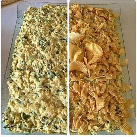 Şiddetle denemenizi öneriyorum.Yapması kolay,malzemesi az .lezzeti bol bir salata. Cipsli salata 4-5 haşlanmış patates Yarım haşlanmış tavuk göğsü 2-3 taze soğan 7-8 kornişon turşu Maydonoz Yoğurt Tuz,karabiber,kimyon Zerdeçal veya köri (olmasada olur) Yoğurt 1-2 kaşık Mayonez Sarımsak rendesi veya tozu Patates cipsi Haşlanmış patatesi rendeleyin.Tavuğu didikleyin.Yeşilliklerinizi ve kornişon turşuları doğrayın.Hepsini bir kaba alıp tuz,karabiber,kimyonu ekleyin. Zerdeçal rengini hem biraz…