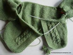 Materiales: Lana acrílica Gacela, 100g, (sobra un poco), agujas 3 mm, preferible aguja flexible, para tricotar la pieza entera, sin costuras. Punto empleado: siempre todo al derecho, excepto en las…