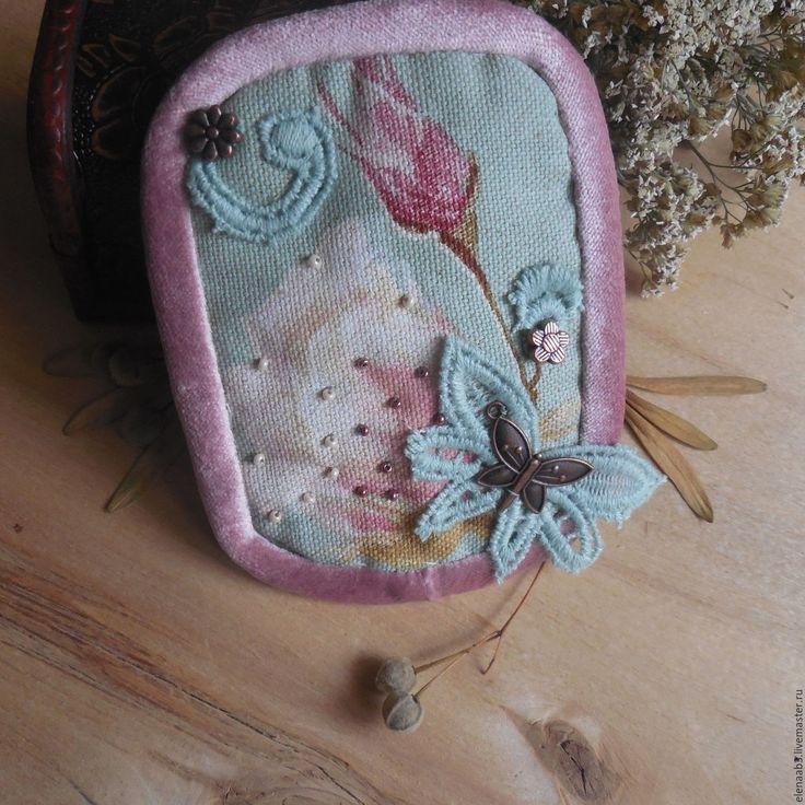 Купить или заказать Брошь из ткани'Летнее утро' в интернет-магазине на Ярмарке Мастеров. Брошь из коллекции примитивов. На основу изо льна пришиты элементы кружева,бисер и металлический декор цвета меди.Окантовка по краю-хлопковый бархат нежно-розового цвета. Нарочито небрежная,лёгкая необычная брошь очень красиво смотрится на лацкане пиджака. Только для тех,кт…