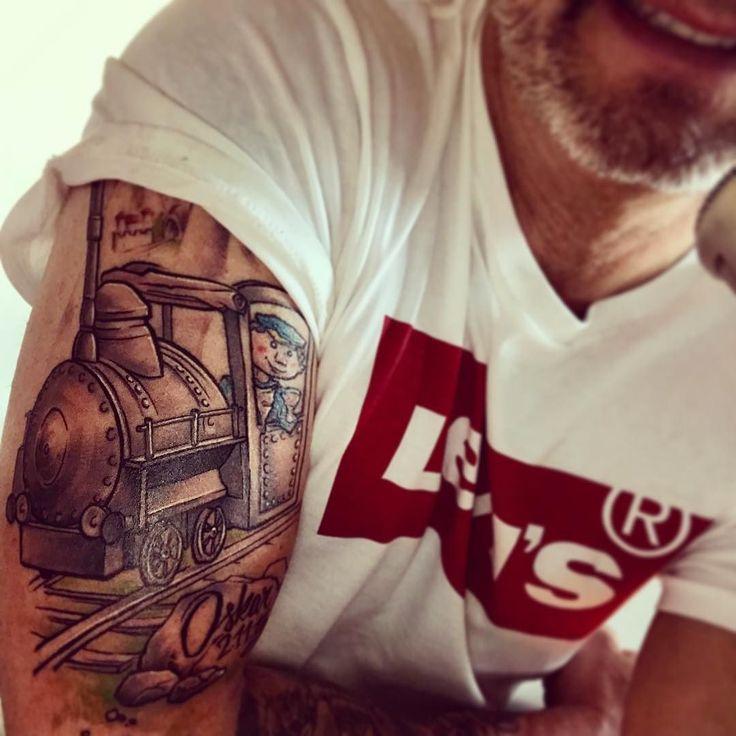 Nächster Halt LUMMERLAND  Danke an den großartigen Steffen der nicht nur meine Wünsche in Perfektion umsetzt sondern auch selber noch Spaß dabei hat meinen Augsburg-Arm einfach nur fantastisch zu gestalten! Du bist ein Meister   #augsburg #lummerland #puppenkiste #lukasderlokomotivführer #tattoo #tattoos  #tat #ink #inked #tattooed #tattoist #coverup #sleevetattoo #handtattoo #chesttattoo #photooftheday #tatted #instatattoo #bodyart #tatts #tats #amazingink #tattedup #inkedup