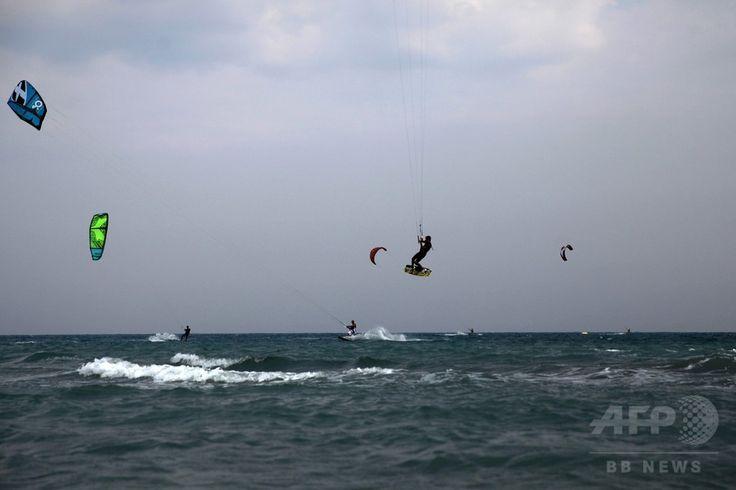 キプロス・マゾトス(Mazotos)のビーチで、カイトサーフィンを楽しむ人々(2014年7月20日撮影)。(c)AFP/YIANNIS KOURTOGLOU ▼26Jul2014AFP|ビーチで夏を満喫する人々、キプロス http://www.afpbb.com/articles/-/3021554 #Mazotos