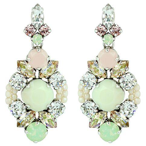 Boucles d'oreilles perc�es en m�tal de couleur argent, orn�es de pierres en verre couleur vert tendre, r�hauss�es de cristaux taille ronde et marquise.
