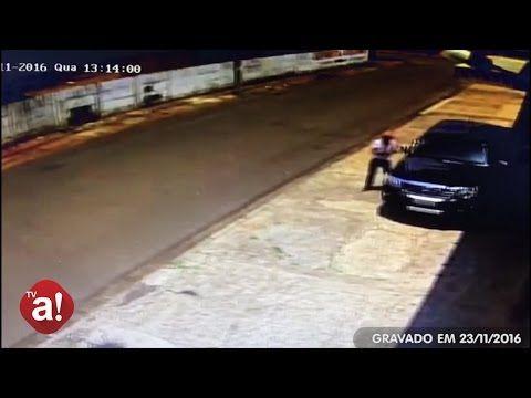 Jovem furta celular, mas é liberado por falta de flagrante; veja vídeo do furto -   A Guarda Civil Municipal de Botucatu, registrou na tarde desta quinta-feira, dia 24, um caso de furto em interior de veículo na Avenida Paula Vieira, naVila Ema. Consta que um jovem de 20 anos e uma mulher de 26, entraram em estabelecimento comercial, disfarçaram, não efetuaram compras e na sa - http://acontecebotucatu.com.br/policia/jovem-furta-celular-mas-e-liberado-por-falta-de-fla