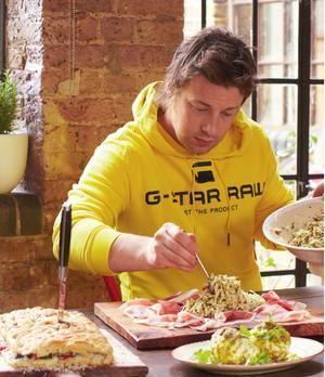 Gefüllte Focaccia mit Prosciutto, Sellerie-Remoulade & Mozzarella nach Jamie Oliver | sixx.de