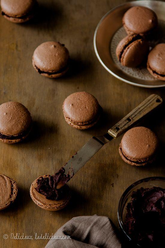 Chocolate Macarons recipe | via ledelicieux.com
