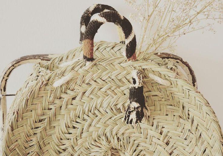 Una mezcla de artesanía en Esparto de aquí con tejidos confeccionados de manera artesanal con tintes naturales a base de barro hojas y corteza de arbol de África Occidental. -Colección Bambara- Disponible en la E Shop y en nuestro Corner. #Capazos #CapazosRedondos #HechoEnEspaña #ColeccionBambara #ColeccionPV17 #PlaceValencia #CapazosDeVerano #Esparto