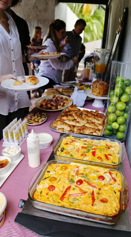 """Desayuno italiano rutinario... Es muy simple: cornetto y capuccino. Para el desayuno se va a un """"Bar"""" que es donde los italianos lo toman. En una barra ordenas y ahí mismo se come (claro, también hay mesitas) Cuando comíamos en los hoteles, había gran variedad de panes de desayuno, jamones, mermeladas, frutas, y nunca faltaba la Nutella. Pero hay desayunos especiales en todos los países, también en Italia.  Yo hice """"mi versión"""" de un desayuno italiano:"""