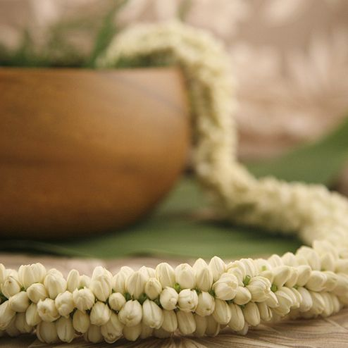 Elegantly feminine and beautifully fragrant, the treasured Rope Pikake lei derives from the Hawaiian Jasmine family. Named by Hawaii's beloved Princes Kaiul