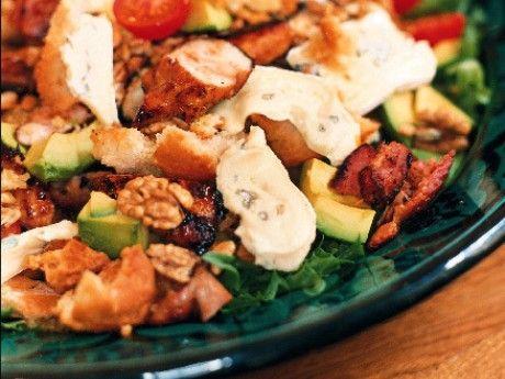 Panzanella heter på italienska en blandad sallad i vilken även bröd ingår. Den här festvarianten på kycklingsallad innehåller också bacon, avokado och cambozola.