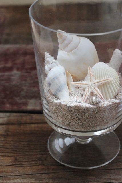 ¿Estás disfrutando de unos días en la playa? Pues aprovecha para rescatar aquella deliciosa afición infantil de recoger conchas y piedras bonitas a la orilla del mar y no solo te llevarás un recuerdo único de tus vacaciones, sino que además podrás utilizarlas para decorar de forma original muchos rincones de tu casa
