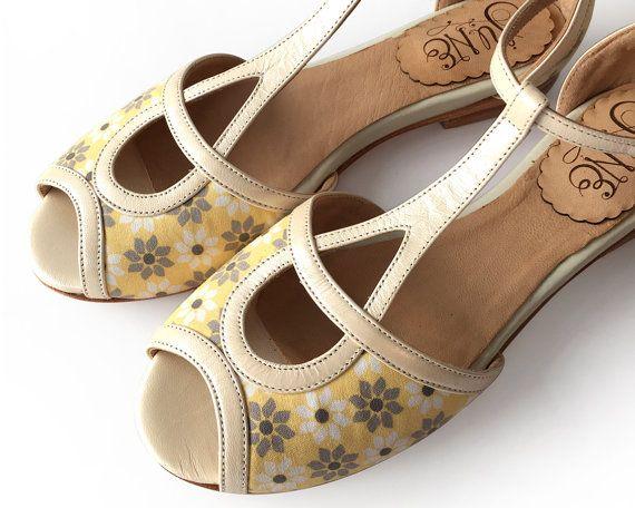 Sandales en cuir à la lumière jaune en cuir et tissu. Fait à la main en Argentine.  * Tige en cuir * Semelle intérieure en cuir * Semelle en cuir * Presque 1/3 pouces talon * Super confortable  Fait comme avant, avec amour et dévouement.   Si vous nêtes pas sûr de votre taille, sil vous plaît, nhésitez pas à envoyer vos mesures de pied pour assurer un ajustement parfait.  POINTURE  US 5 - 35 EUR intérieure semelle 22,8 cm US 6 - EUR 36 intérieure semelle 23,5 cm US 7 - 37 EUR 24,1 semell...