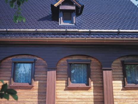 Moderne Dacheindeckung mit #schwarzen Dachziegeln.