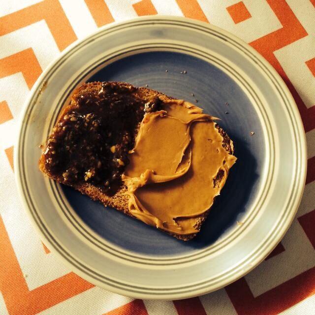 Ψωμί σίκαλης με φυστικοβούτυρο και μέλι με σπόρους